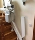 Square thumb curve stairlift with powered hinge