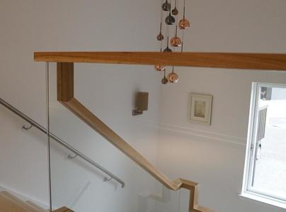 Primary thumb glass balustrade with floating handrail